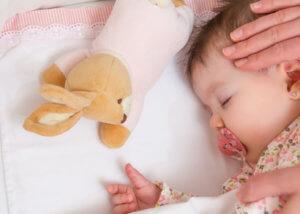 Beistellbett Baby schläft